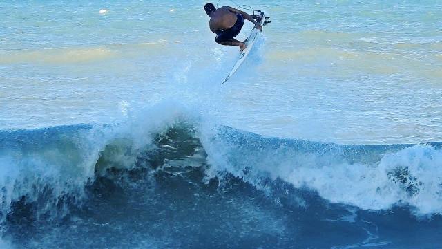 Alan Jhones aproveita swell de Norte no Pontal de Baia Formosa, RN.